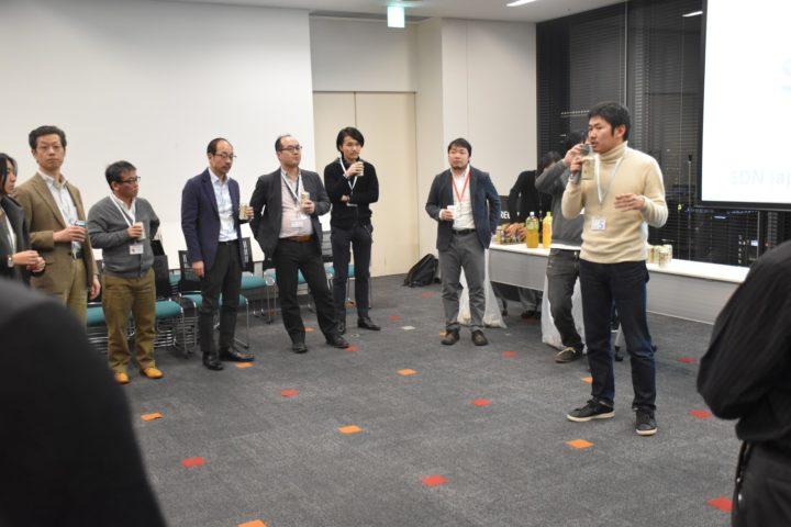 懇親会で乾杯の挨拶をする長谷川敦士さん(写真右)